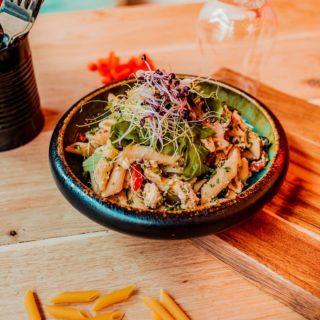 """A penne for your thoughts."" Probeer nu onze frisse pastasalade met ham, fetakaas, zwarte olijven en kikkererwten. 🍴  Barleuv."