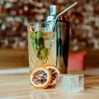 All you need is leuv and cocktails 🖤  Geniet dit warme weekend van onze heerlijke huiscocktail!  Barleuv.
